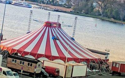 Aufbau des Zirkuszeltes zum Juli